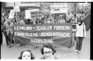 Kleinbildnegativ: Mai-Demonstration, 1974