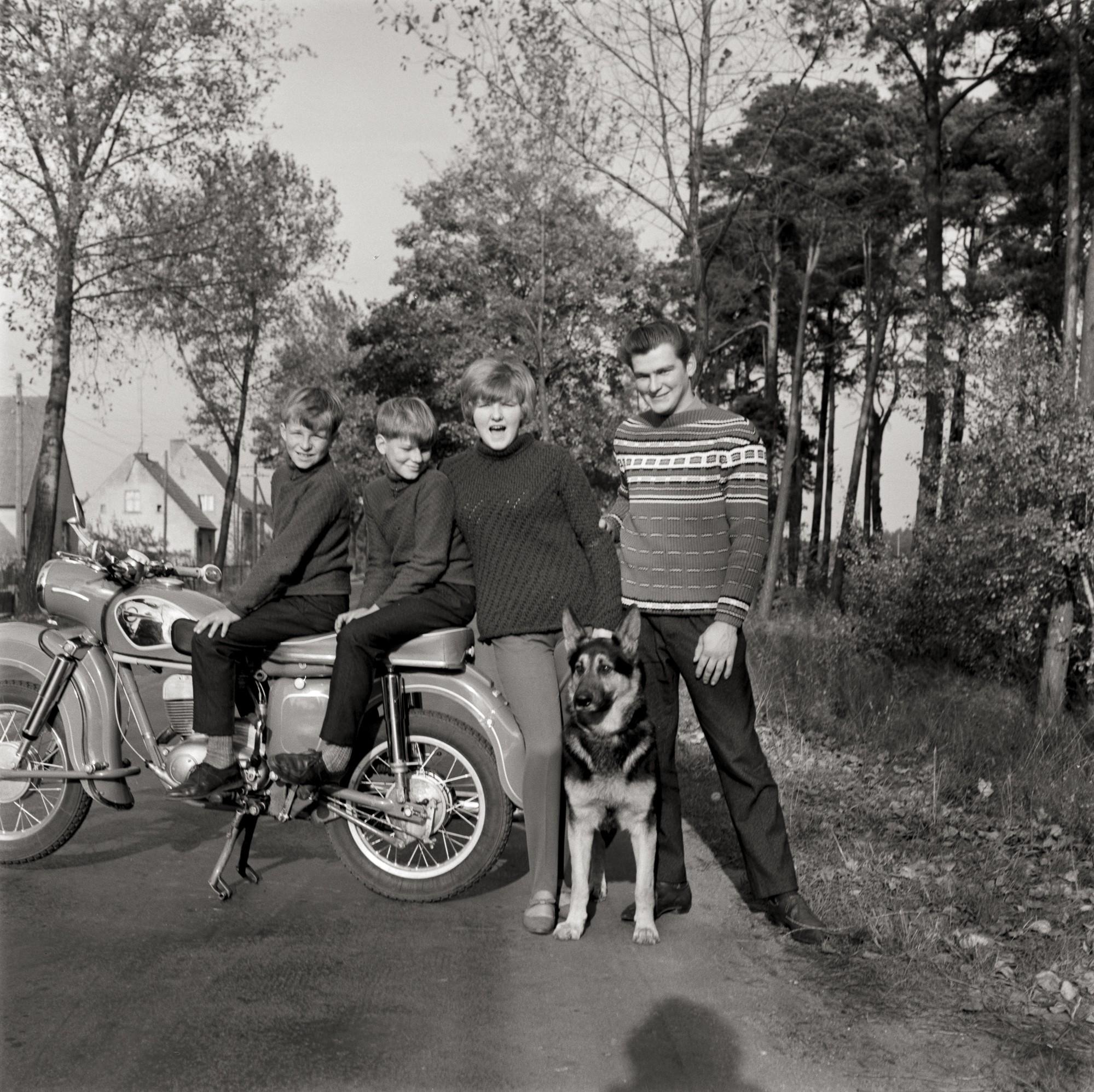 MZ ES 250 Forever - Page 2 Fotografie-von-jugendlichen-an-einem-motorrad-43815-2