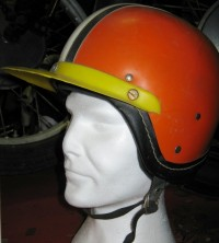 "Sturzhelm ""Perfekt"" in Haubenform in orange mit gelbem Schirm"