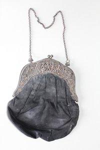 991647d4dcb89 Handtasche mit reliefgeschmücktem Metallbügel und Stoffbeutel